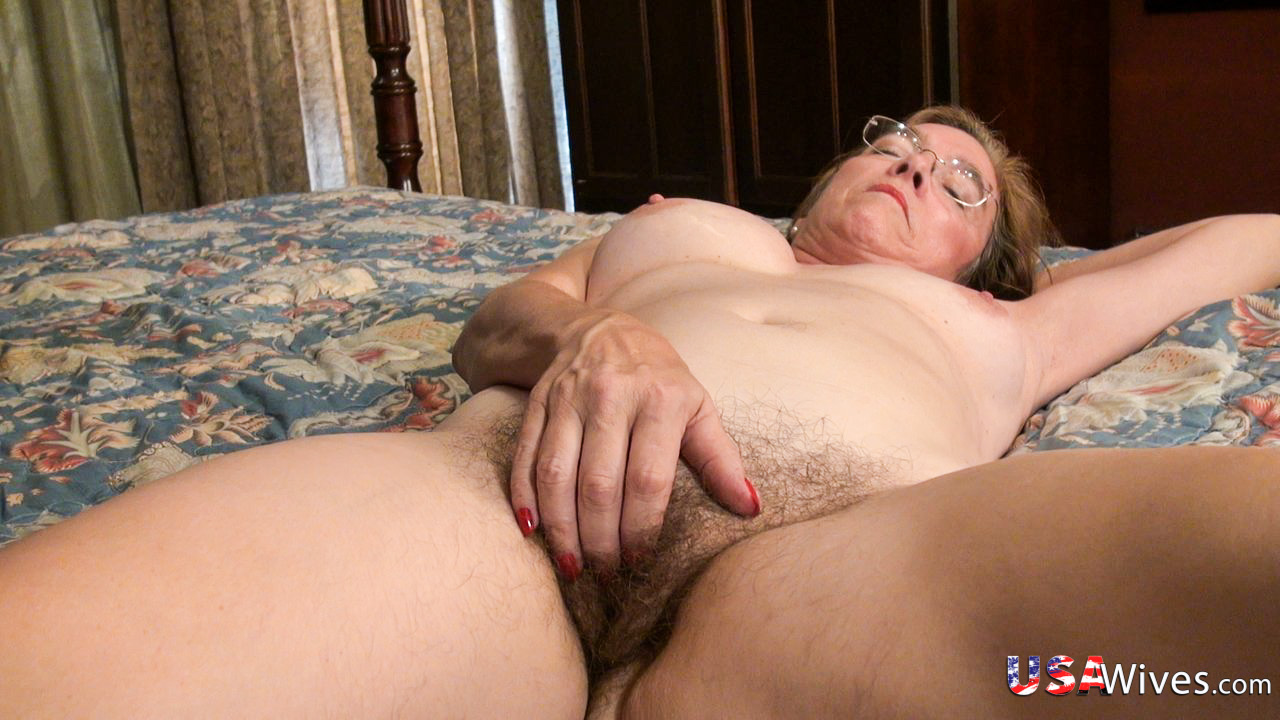 Aged senior grandma fingerblasting her top unshaved cunt