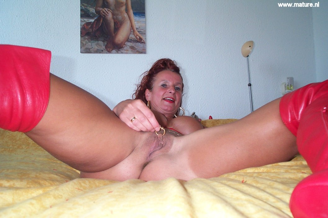 Как зрелая женщина удовлетворяет себя порно
