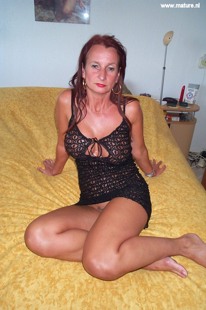 Amateur housewife showcases off her vulva