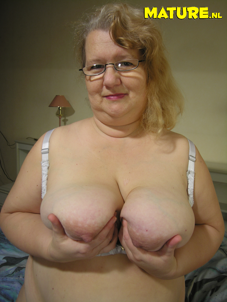 Obese mature slut luvs toying with herself