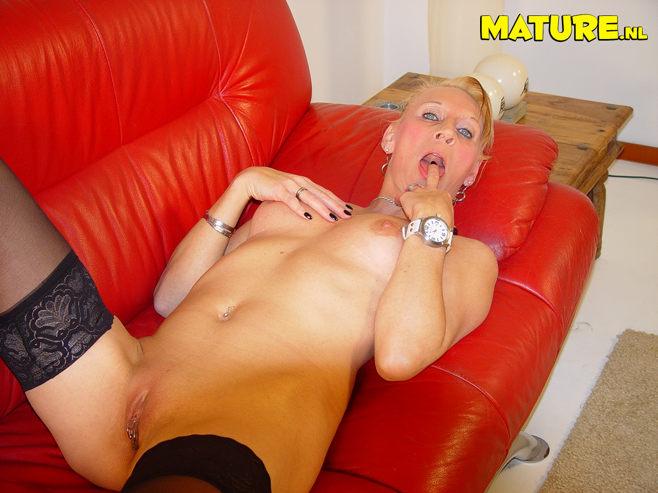 This naughty blondie mature tramp likes toying with herself