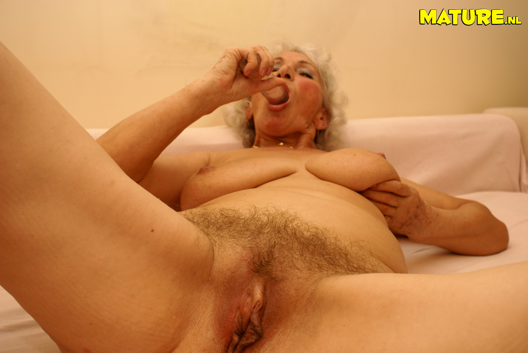 This granny luvs toying with her raw cunny
