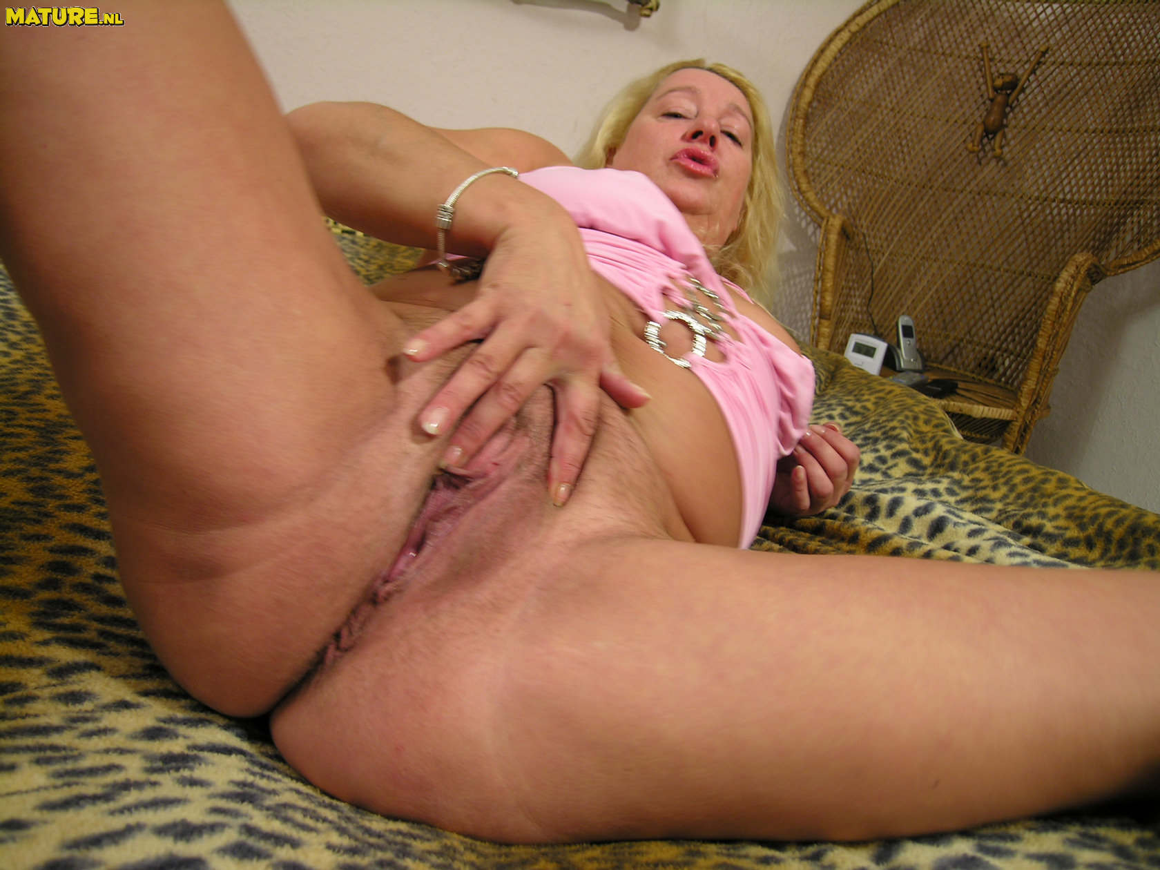 Crazy round mature hoe playing with her puss