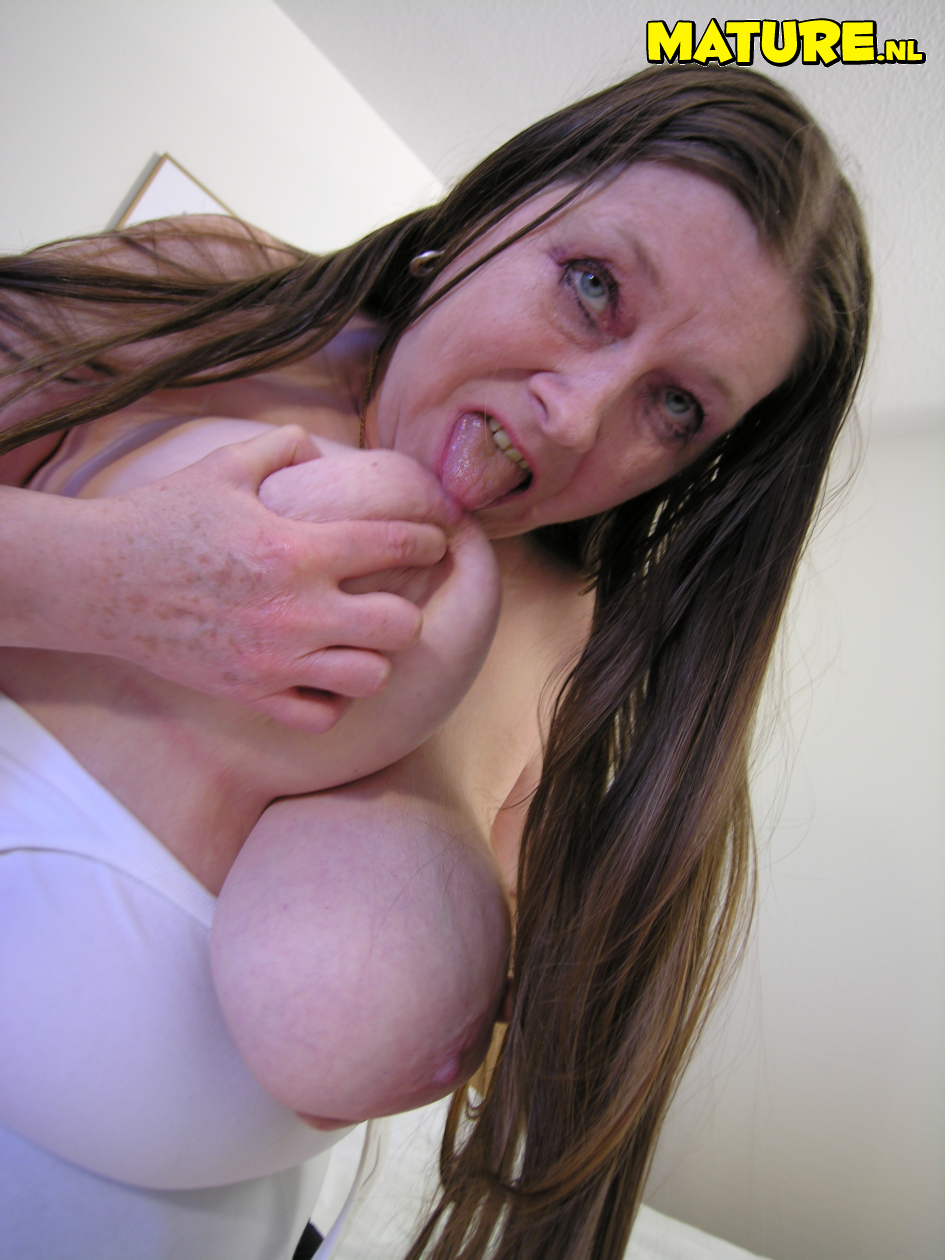 Massive breasted mature hoe flashing her stuff